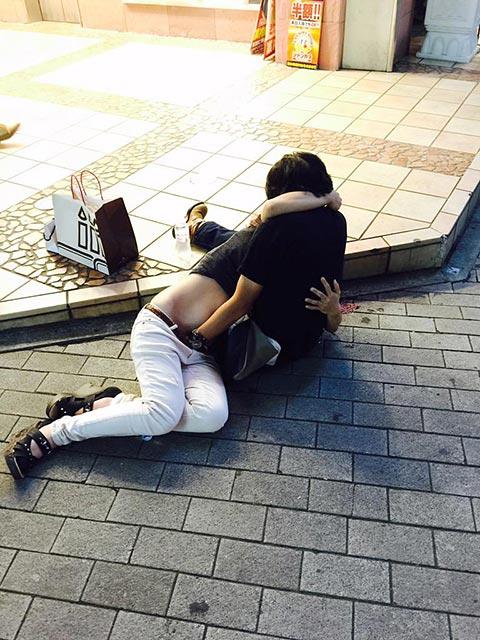 酔った勢い?神戸の三ノ宮駅前でヤバいことしているカップルの画像02