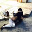 これヤバいwww駅前で手マンしているカップルの画像